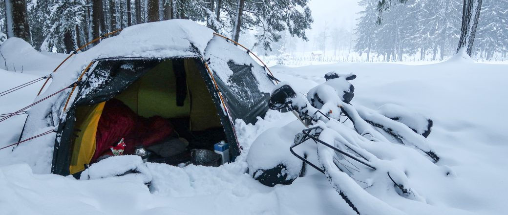 10 tips om warm te blijven wanneer je gaat kamperen in koud herfst- en winterweer