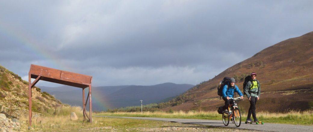 Door Schotland op een longboard